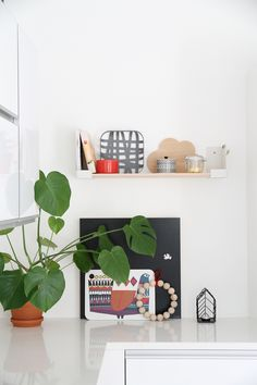 iittala hylly aitio hunajaista keittio Nordic Interior, Interior And Exterior, Interior Design, Small Space Kitchen, Small Spaces, Nordic Design, Marimekko, Living Room Interior, Scandinavian Style