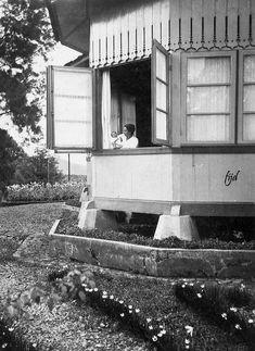 Potret wanita Eropa dengan bayi di sebuah rumah di perkebunan teh Cibuni, Ciwidey, selatan Bandung, sekitar 1914 Dutch East Indies, Java, History, House Styles, Photography, Album, Drawing, Board, Pictures