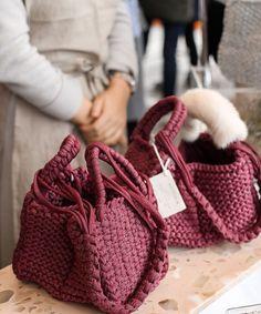 Small Crochet Gifts, Diy Crochet Bag, Crochet Shoes, Love Crochet, Crochet Handbags, Crochet Purses, Handmade Handbags, Handmade Bags, Yarn Bag