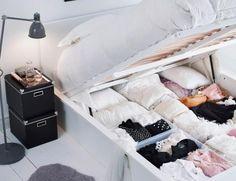 Kläder i hög över stolar och på golvet, känns det igen? Skapa lugn i sovrummet med dold förvaring! MALM sängstomme hjälper dig att sova gott om natten.