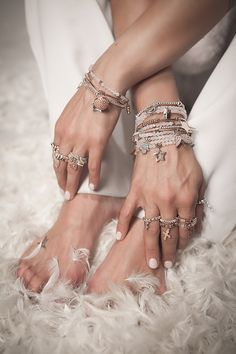 What's essential is that your precious jewelry compares with your clothing. Your precious jewelry is the finishing discuss your total look. Make your fashion statement count! Dainty Jewelry, Luxury Jewelry, Modern Jewelry, Vintage Jewelry, Jewelry Logo, Jewelry Art, Fine Jewelry, Jewelry Design, Gold Jewelry