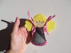 Supercuqui!! Broche con forma de muñeca realizado a mano.