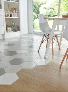 In an open kitchen, entry or bathroom, mixing tiles and parquet has become a real decorative trend. For an original effect and a personalized style, dare hexagonal tiles in shades of gray, to mix with a light oak parquet floor to warm the room. Apartment Kitchen, Kitchen Interior, Home Interior Design, Interior Livingroom, Interior Modern, Interior Ideas, Küchen Design, Floor Design, House Design