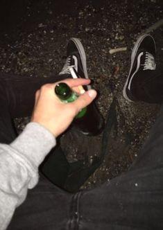 No bebo, pero aveces el tiempo lo amerita 👌. Tumblr Boys, Tunblr Girl, Lila Baby, Rauch Fotografie, Cigarette Aesthetic, Alcohol Aesthetic, Look Man, Aesthetic Grunge, Bad Boys