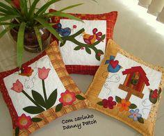 Almofadas com aplicações em tecidos importados e nacionais. As cores podem variar de acordo com seu gosto. R$ 75,37