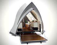 Camping ist ja nicht jedermanns Traumurlaub. Mancheiner zieht den Luxus eines Hotelzimmers vor. Andere wollen auf das Gefühl, unter einem Zeltdach zu schlafen, nicht missen. Aus diesem Grund wurde Opera kreiert. Ein Wohnwagen mit Zeltdach, der mit allem Lu