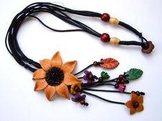 Collana+in+pelle+con+grandi+fiori,+fatto+a+mano+di+Siamrose+su+DaWanda.com