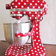 decorate kitchenaid mixer with vinyl.I'd love to do this to my kitchenaid! Cute Kitchen, Red Kitchen, Kitchen Things, Kitchen Colors, Vintage Kitchen, Shabby, Dc Fix, Home Decoracion, White Vinyl