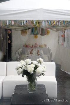 L'espace des enfants est crée sous trois chapiteaux. Le premier est dédié aux douceurs du candy bar, aux couleurs préférées de Jade le rose et le jaune. Le second est décoré de ballons de tulle de toutes tailles aux couleurs pastels et le troisième abrite un dais de rubans multicolores. La housse de chaise de Jade a été crée spécialement pour elle en tarlatane et mouchoirs de tulle. http://mycdeco.blogspot.fr/ http://www.cdecoandco.com/