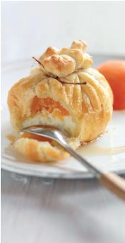 Innbakt chevre med aprikos 6 porsjoner 2 plater butterdeig 3 ferske aprikoser delt i to 190g Chevre hyssing saus 3 ss honning 1 ss sitronsaft 2 ss appelsin eller aprikosjuice Kjevl ut butterdeigplatene og del hver av platene i tre. Del Chevre i seks biter. Legg en bit i midten av hvert butterdeigstykke, og legg en halv aprikos oppå. Knyt sammen til en pakke med en bit hyssing. Stek i ovn på 160°C i 10-15 minutter. Kok opp ingrediensene til sausen, kok til det er blitt litt tykt og hell over.
