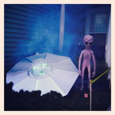Alien ship Alien Halloween, Adult Halloween Party, Halloween Party Costumes, Halloween 2016, Outdoor Halloween, Halloween Projects, Halloween Themes, Zoo Boo, Alien Party