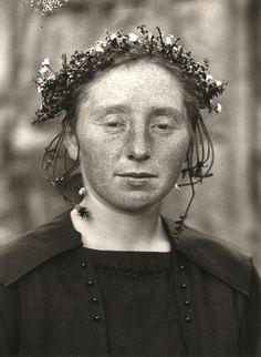 August Sander | Rural Bride (1920-1925)  Silver print, mounted on cardboard. Impresión de plata montada sobre cartón. Registro por transformación.