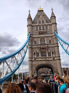 """A Ponte de Londres """"London Bridge"""" é uma ponte em Londres (Inglaterra) que cruza o rio Tamisa, entre a City e Southwark. Situa-se entre as pontes Cannon Street Railway e Tower Bridge. A ponte original foi uma das mais famosas do mundo: era a única ponte que cruzava o Tamisa em Londres até que se inaugurou a Ponte de Westminster em 1750. — em London, United Kingdom.- Caminhos & Labirintos"""