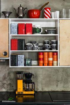 Avohylly on tehty rakkaimmille arki-astia aarteille! Dining Area, Kitchen Dining, Home Kitchens, Retro Fashion, Bookcase, Household, Shelves, Display, Pictures