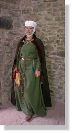 Verheiratete Adelige mit grünem Kittel und pelzbesetztem Halbkreismantel