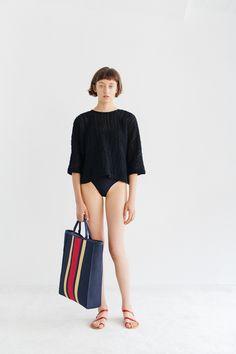 Samuji Spring 2019 Ready-to-Wear Fashion Show Collection: See the complete Samuji Spring 2019 Ready-to-Wear collection. Look 20 Minimalist Wardrobe Essentials, Women's Runway Fashion, Paris Fashion, Short Kimono, Vogue Russia, Fashion Show Collection, Urban Outfits, Minimalist Fashion, Minimalist Style
