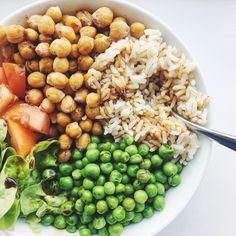 @ginabnutrition) på Instagram: Plant powered Buddhabowl for lunch = brown rice, peas, cumin roasted chickpeas, lettuce, tomatoes + lots of tamari + lemon juice // marslammet ris ärtor ärter sojasås rostade kikärtor salladbowl saladbowl citronsaft sås soja