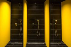 These three showers are perfectly identical, balancing the space with symmetry. Club Design, Gym Design, Garage Design, Gym Interior, Bathroom Interior Design, Gym Plan For Women, Gym Showers, Gym Club, Gym Decor
