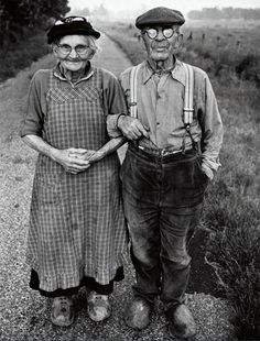 Black and White Vintage Photography: Take Photos Like A Pro With These Easy Tips – Black and White Photography Vieux Couples, Old Couples, Black White Photos, Black And White Photography, Vintage Photographs, Vintage Photos, Caballero Andante, Growing Old Together, Old Folks