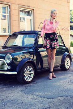 classic mini (I see two) Mini Cooper Classic, Classic Mini, Classic Cars, Fotografie Portraits, Mini Morris, Mini Copper, Automobile, Cute Cars, Small Cars