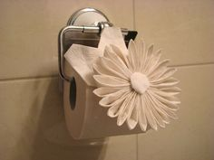 Unique toilet Paper Holder Beautiful origami toilet Paper Flower Still attached Wonder How Toilet Paper Origami, Toilet Paper Crafts, Toilet Paper Roll, Toilet Paper Flowers, Napkin Origami, Towel Origami, Rustic Toilet Paper Holders, Kirigami, Tissue Paper Roll