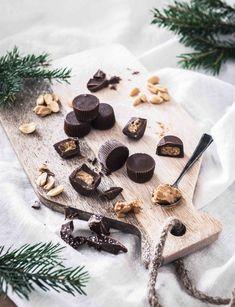 3 Aineen maapähkinävoikupit on yllättävän helppo tehdä itse vain kolmesta raaka-aineesta! Nämä herkut ovat täydellisiä joulun kahvipöytään tai lahjaksi. Resepti on gluteeniton ja kananmunaton, joten karkit sopivat moneen ruokavalioon. #kuppikakut #kuppikarkit #maapähkinävoi #maapähkinä #helpotreseptit #jälkiruokareseptit #kananmunaton #gluteeniton #jälkiruoka #gluteenittomatjälkiruoat #ruokavalokuvaus #ruokastailaus #valokuvaaja Chocolate Icing, Chocolate Peanut Butter, Peanut Butter Balls, Christmas Coffee, Vegetarian Chocolate, 3 Ingredients, Easy Desserts, Sweet Treats, Sweets