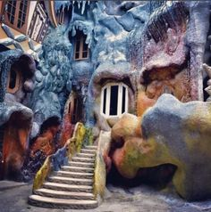 """""""We are all mad here!"""" - Lewis Carrol Have you ever pondered what is the world of Alice in Wonderland would be like? Then we have the answer to your question because we found the craziest house where Salvador Dali and Dr. Seuss would spend their holidays."""