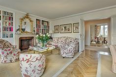 Lee Radziwill, the younger sister of the late Jacqueline Kennedy, is selling her highly publicized Paris pied-à-terre. Located on the sixth floor of a building dating back to the Chic Apartment Decor, Parisian Apartment, Paris Apartments, Studio Apartment, Lee Radziwill, Diy Home, Elegant Living Room, Floor Patterns, Entry Hall