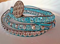 Dieses Wickelarmband besteht aus hellblauen, feuerpolierten und  facettierten Glasschliffperlen.  Diese eisige Farbkombi lässt das Armband gleichze...