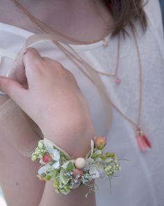 Beach wedding - guirlande de pompons - plage - mer - coucher du soleil - torches - fleurs - bracelet