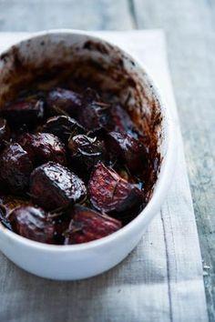 Rote Bete aus dem Ofen schmecken herrlich aromatisch - wer das einmal probiert hat, wird sie nie wieder anders zubereiten! Einfach und schnell - und so gut!