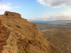 Es una montaña aislada que se encuentra en los bordes orientales del desierto de Judea cerca del Mar Muerto.