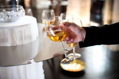 Dodici note di vino in uno spartito di acciaio a creare un'attmosfera unica ed esclusiva