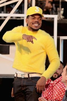 """""""Chance the Rapper wore a yellow KENZO Spring 2018 Menswear sweater at the 2017 MTV Video Music Awards """" Chance The Rapper Wallpaper, Popular People, Popular Bags, Rapper Wallpaper Iphone, Mtv Video Music Award, Music Awards, Black And White Photo Wall, Neon Aesthetic, Black Artists"""