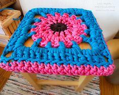 crochet stool cover granny square seating stoltrekk sittdyna överdrag #grannysquare #crochet #crocheting #stool #cover #setetrekk #stoltrekk #sittdyna #krakk #chunkyknits  #homedecor  #homedesign #handmade #needlework #bestemorrute #mormorsrutor #pink #blue