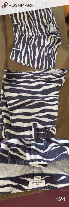 Women's Vineyard Vines Shorts Gray and white animal print design, size 8 low rise. Vineyard Vines Shorts