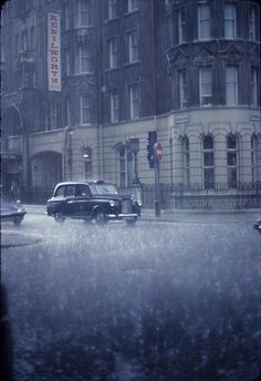 London cab in the rain. Raymond Cunningham - Taken from the refuge of a London bookstore in Rainy Night, Rainy Days, London Rain, London City, I Love Rain, Singing In The Rain, Foto Art, Getting Wet, Rain Drops