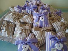 Originale sacchetto dalla forma quadrata in cotone doppio a righe per tutte le vostre cerimonie. Con all'interno 5 confetti e bigliettino avvolti a mo di fiocco. Chiuso da un fiocco con un gesset...