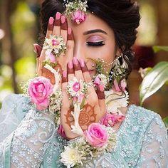New Indian Bridal Poses Jewellery Ideas Indian Bridal Couture, Indian Bridal Makeup, Asian Bridal, Happy Bride, Bollywood, Bridal Bangles, Bridal Jewellery, Indian Bridal Hairstyles, Latest Hairstyles