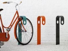 HooK to stojak na rowery stworzony przez studio Note, dla szwedzkiej firmy zajmującej się projektowaniem krajobrazu Nola. Jest niezwykle prosty, ale praktyczny. Umożliwia postawienie roweru przytrzymując zarówno tylne, jak i przednie koło. Biorąc pod uwagę, że moda na rowery dotarła do nas już dawno, może i na polskich ulicach zobaczymy niedługo stojaki rowerowe, które są nie tylko praktyczne, ale też cieszą oko?