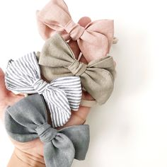 Sewing Baby Girl Linen pinwheel bow, hand tied and customizable to your preference of soft nylon headband or alligator clip. These bows are the perfect compliment to any outfit or baby shower gift. Baby Girl Fashion, Toddler Fashion, Kids Fashion, Womens Fashion, Baby Girl Bows, Girls Bows, Baby Girl Romper, Dress Girl, Baby Girl Gifts
