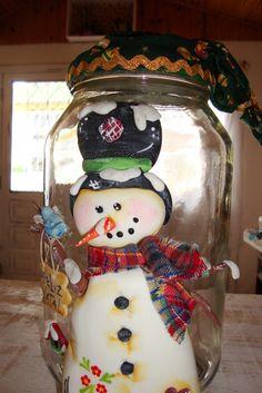 vidros grandes,com aplicação de biscuit e tecido com motivos natalinos R$60,00