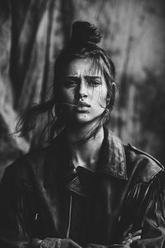 Black and White Portrait Photography: Expert Advice That Helps You Succeed – Black and White Photography Urban Photography, Photography Women, Street Photography, Photo Portrait, Portrait Photography, Black And White Portraits, Black And White Photography, Urban People, Aesthetic Photo