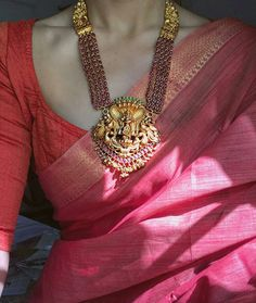 Check Out These Small (& Stunning) Gold Necklace Designs Saree Jewellery, Temple Jewellery, Jewellery Rings, Jewellery Shops, Stylish Sarees, Handloom Saree, Lehenga Saree, Bridal Jewelry, Gold Jewelry