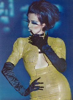 Moogfest fantasy fashion: designer Thierry Mugler creates a futurist femme fatale in yellow and blue. 90s Fashion, Couture Fashion, Runway Fashion, Trendy Fashion, Korean Fashion, High Fashion, Fashion Show, Vintage Fashion, Fashion Design