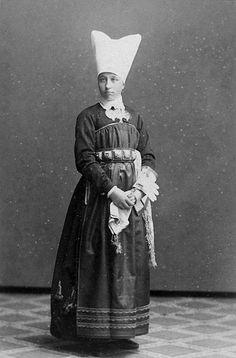 """Hon är dotter till Albert Ekström, prost/hovpredikant i Vingåker, och Sofia """"Siffi"""" Ekström, född Lagerholm."""