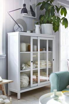 IKEA Deutschland | Schiebetüren nehmen beim Öffnen keinen Platz weg. Massivholz sorgt für eine natürliche Note. #IKEA #meinIKEA #interior #design #Inspiration #Vitrine #HEMNES #weiß #Holz #hell #Landhaus #scandi #skandi #Schiebetüren #Regal #Schrank #Sideboard #Wohnzimmer #Esszimmer #Küche #zeitlos #skandinavisch