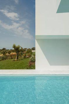 Corpo Atelier, Ricardo Oliveira Alves · Between Two White Walls