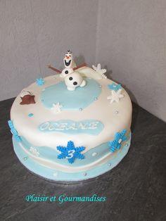 Voici un Gâteau Olaf, sur le thème de la Reine des Neiges pour les 3 ans d'une petite puce! Il se compose de 3 moelleux à l'ananas, d'une ganache chocolat blanc noix de coco et de 2 couches d'ananas frais!
