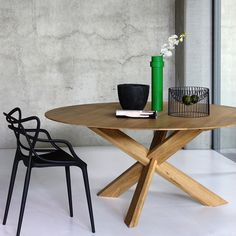 The oak table Circle is an original production by Alain van Havre for the Belgian brand Ethnicraft, by minimal lines of oriental inspiration and warmth of wood. This table is supported by three solid intersected legs. Circle Dining Table, Oak Table, Solid Wood Dining Table, Dining Room Design, Closer, South Fork, Draw, White Oak, Scandinavian Style